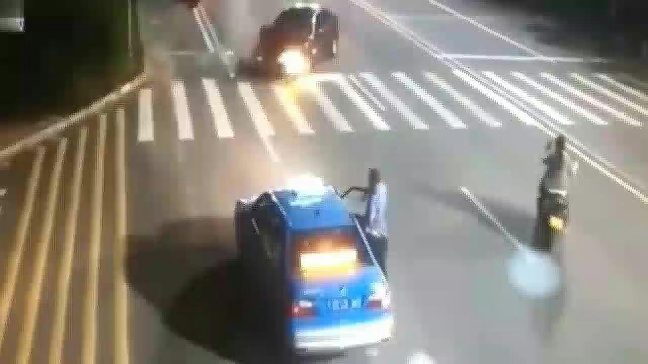 摩托车一路狂飙,下一秒以火箭般的速度撞上轿车,终归还是太年轻