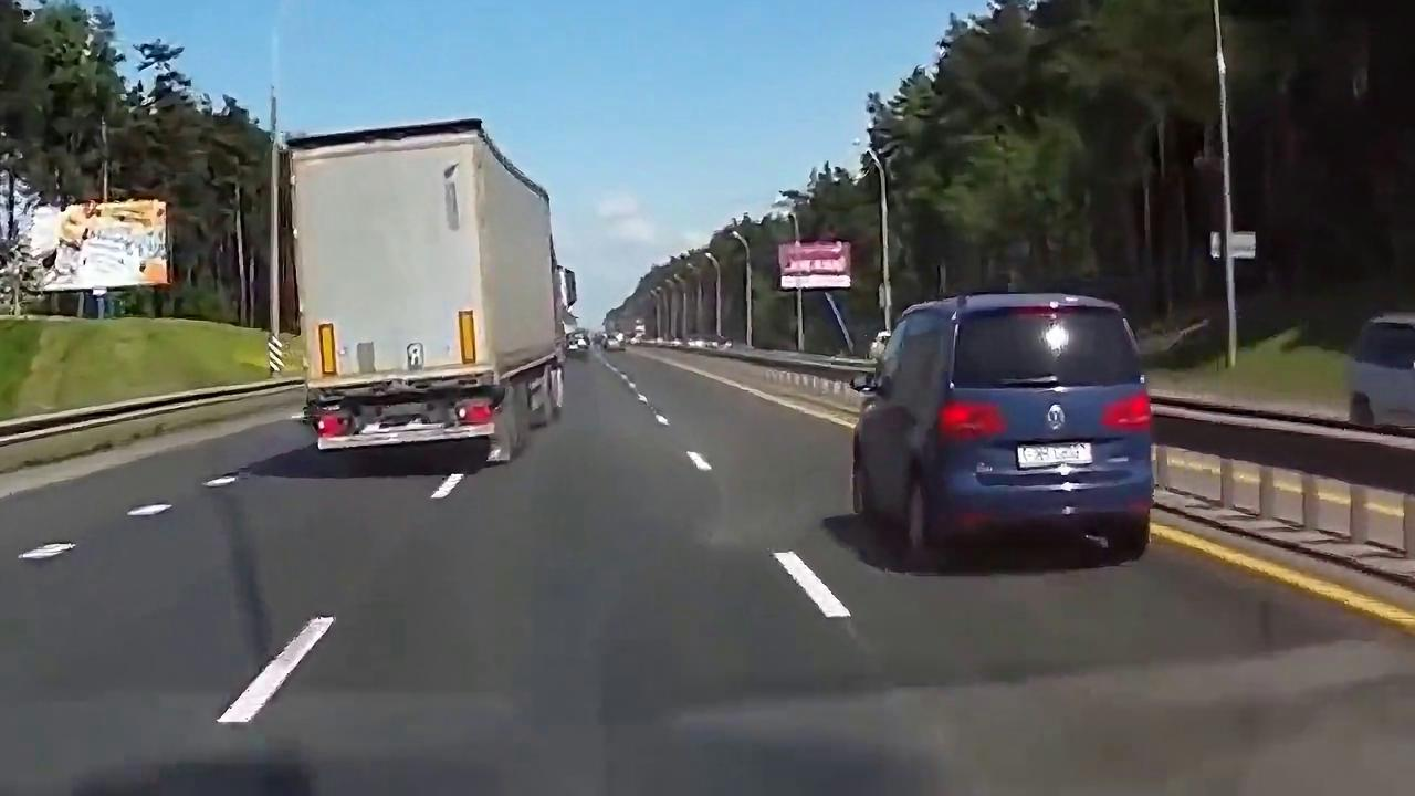 轿车恶意减速,后面的货车立马把他给办了,太可恨了
