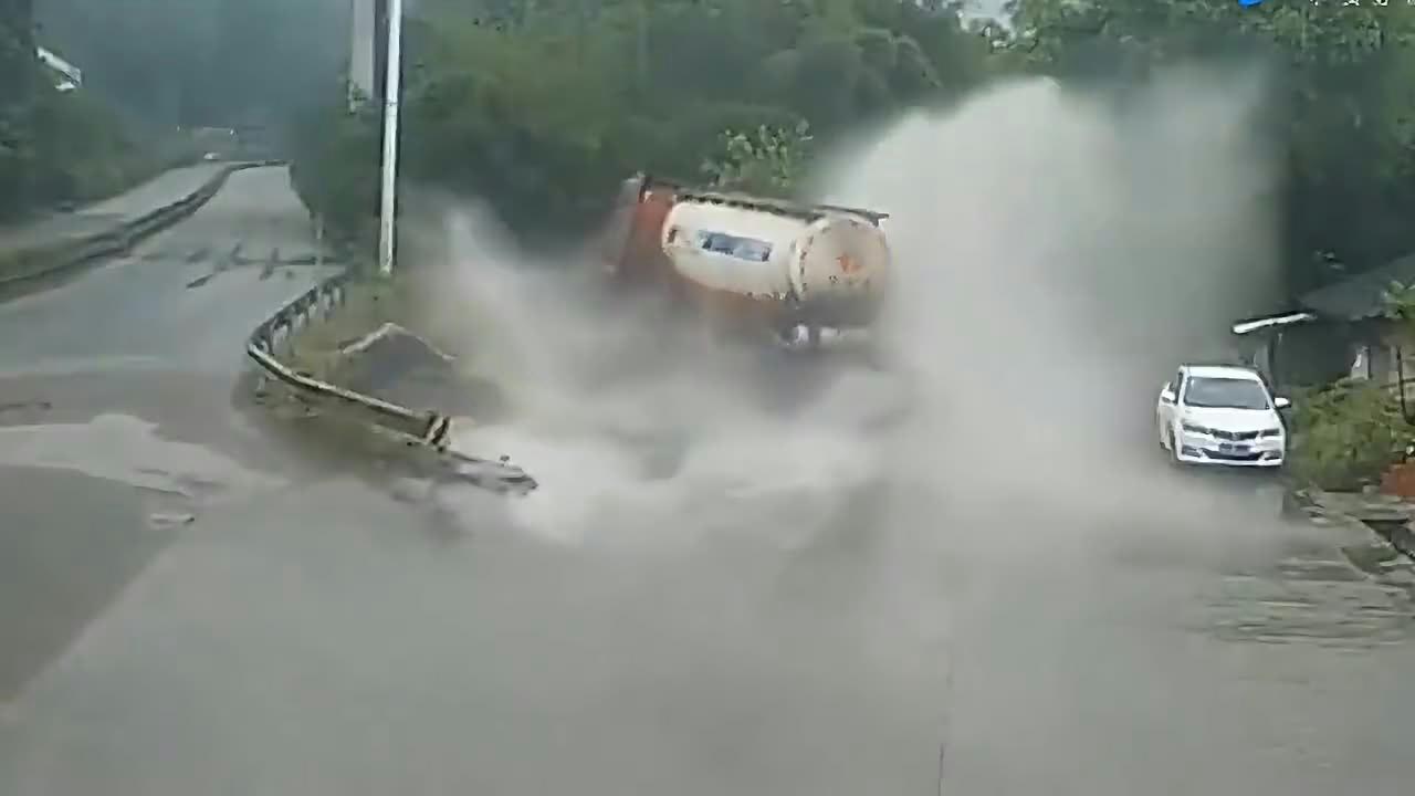 大货车这是犯困了吗,眼看到了分叉路口却来不及了