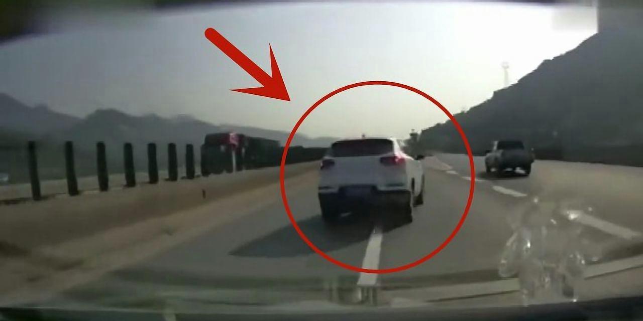 实习女司机高速上实线变道,遭后车撞翻还负全责!