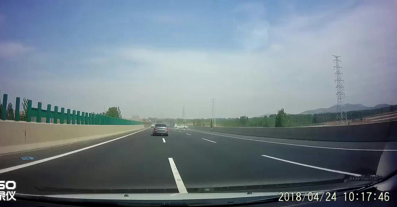 白色轿车高速上被撞,整个车身支离破碎,画面惨不忍睹!