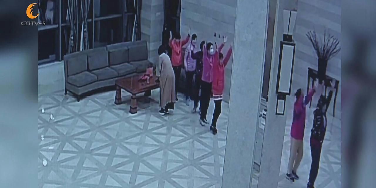 南京:为躲雾霾广场舞跳进了酒店大堂 吐槽民警:紧张兮兮