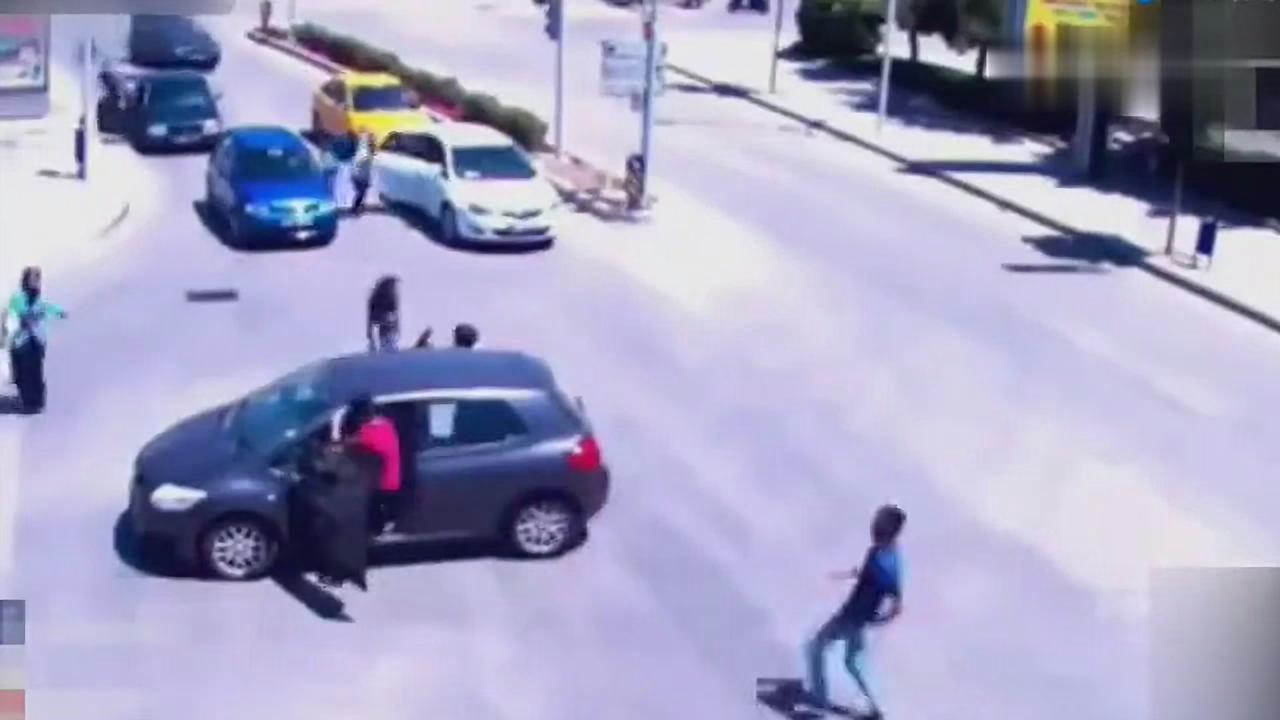 女司机开车把孩子都甩出来了,随后又遭自己的车碾压