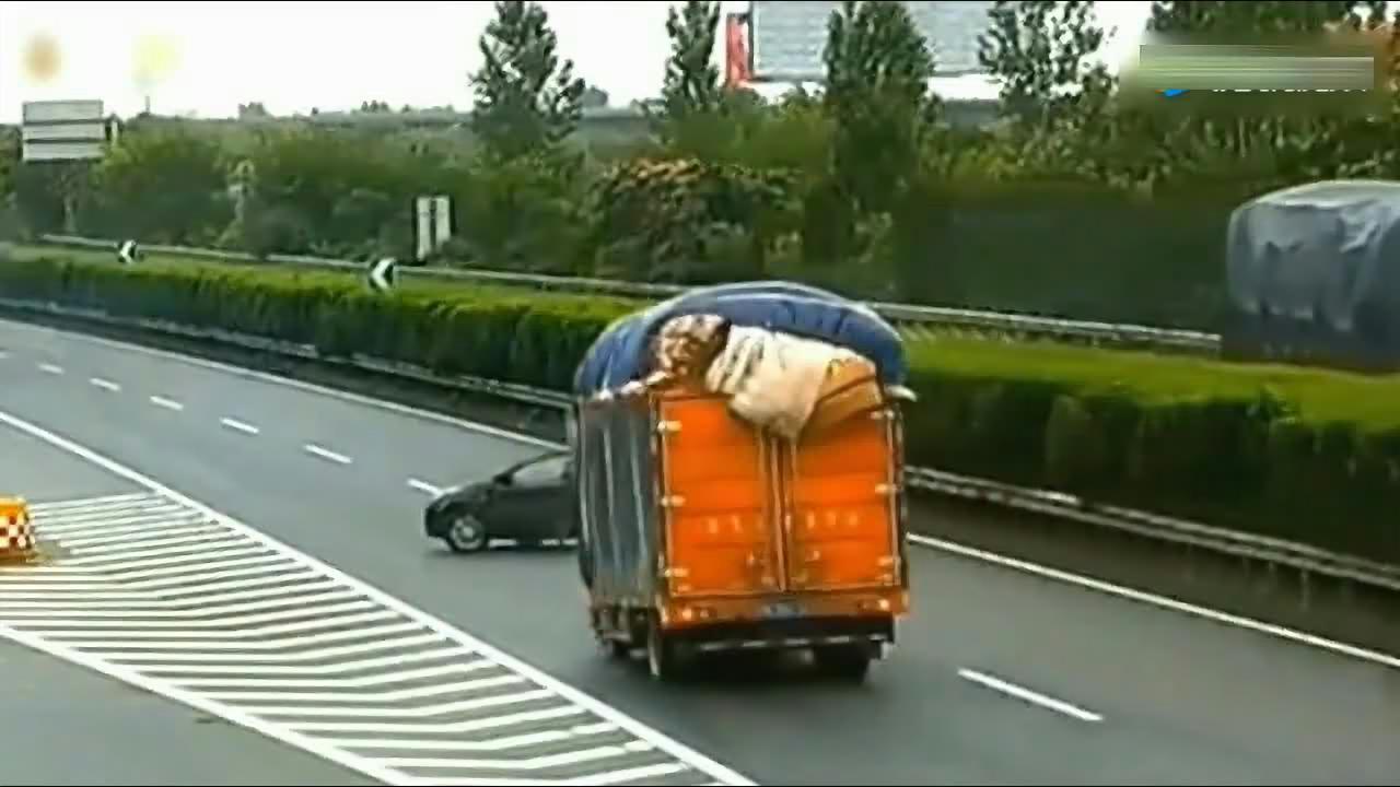 小车高速上倒车变道,第一辆货车饶过了他,下一辆货车教他做人
