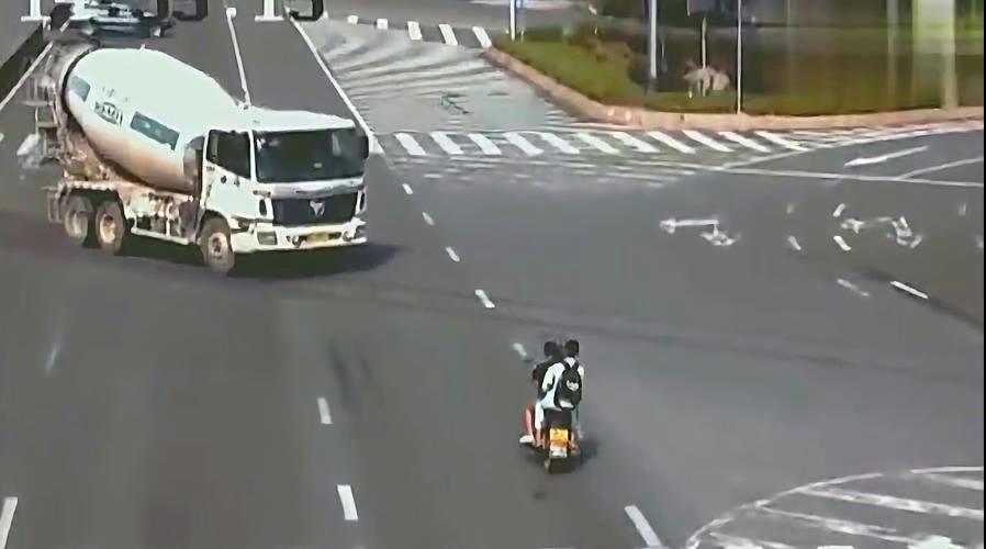 男子骑摩托车带女友玩飙车,一头撞向罐车,惨剧了