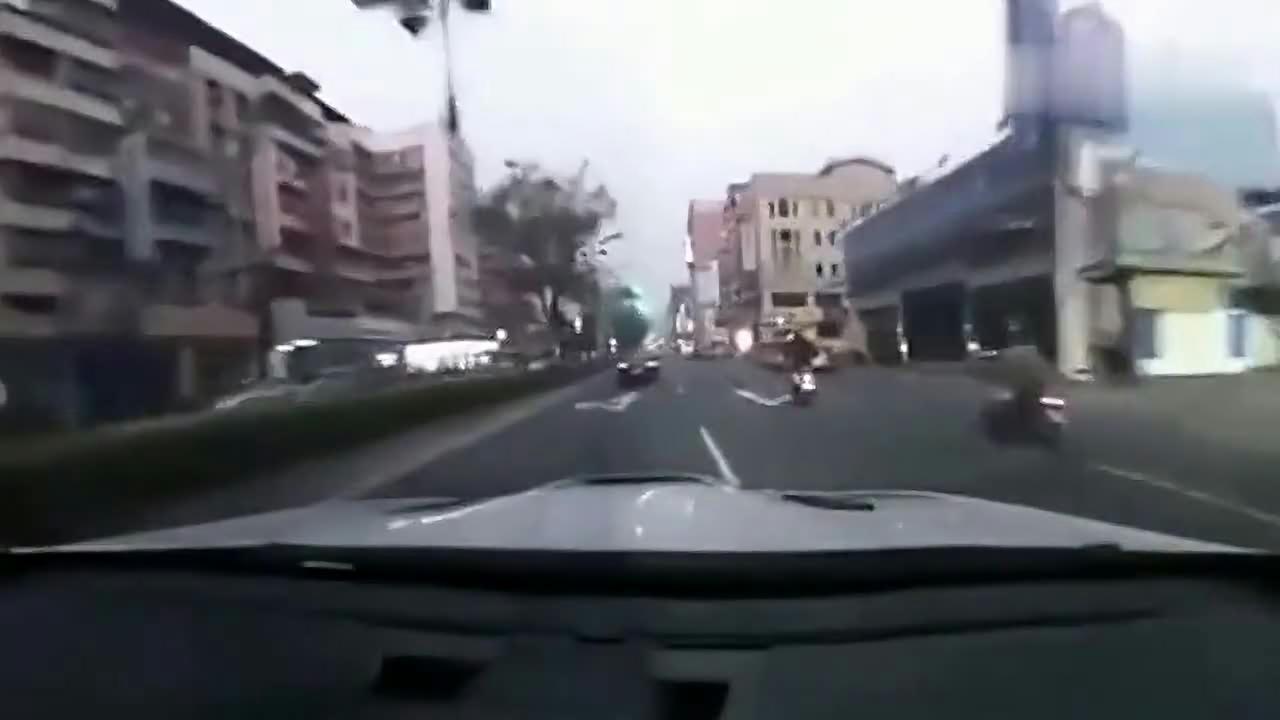 富二代开豪车带妹玩刺激,行车记录仪拍下整个车祸过程!