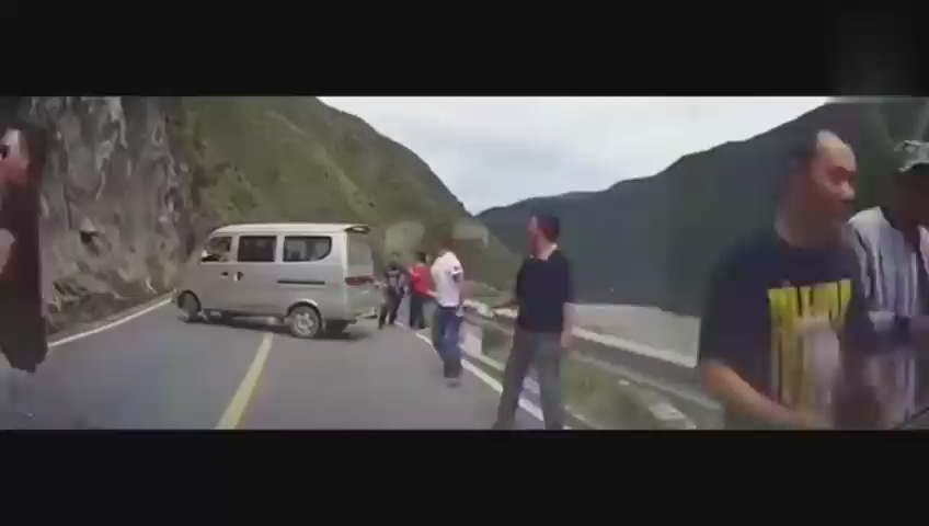 面包车司机感觉前面不对劲,果断让所有人下车,拯救了全车人!