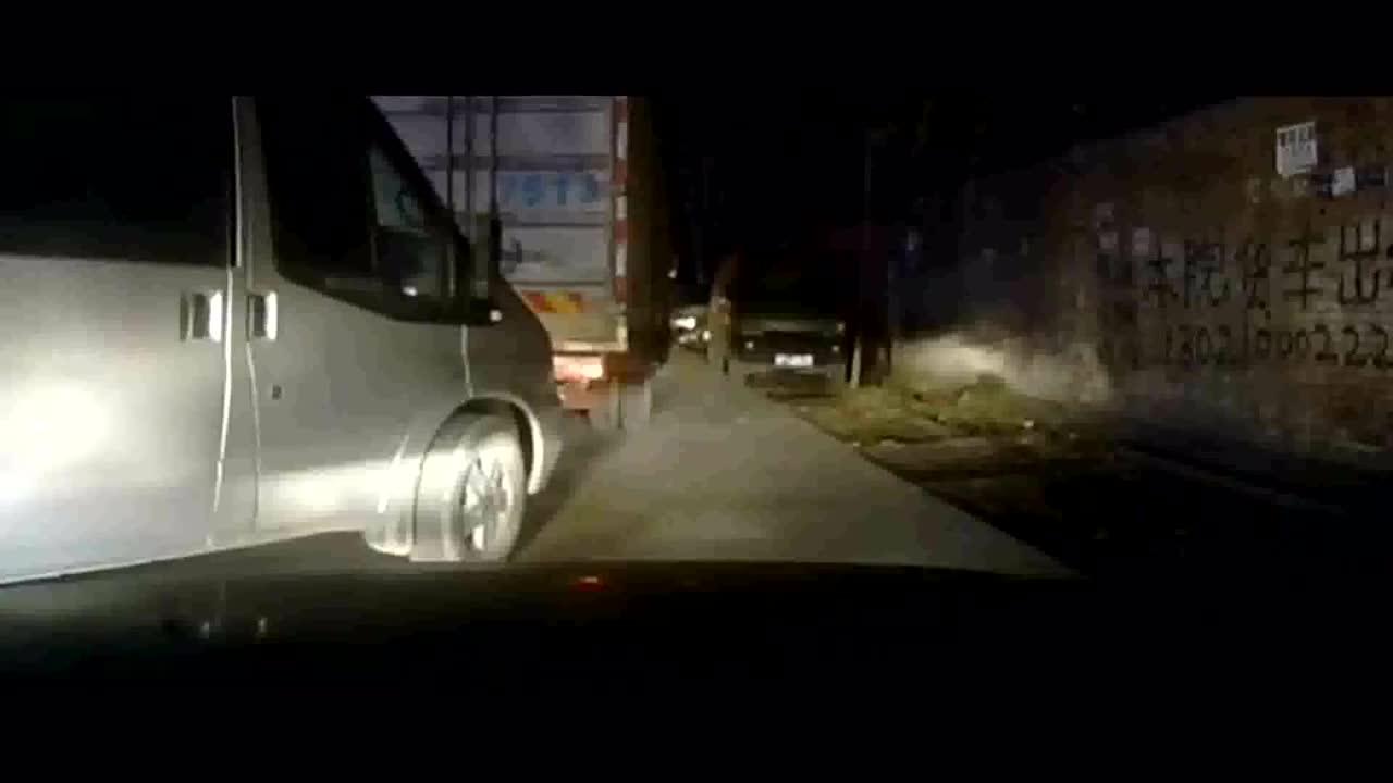 行车记录仪实拍:白色轿车嚣张加塞,还以为大货车不敢撞