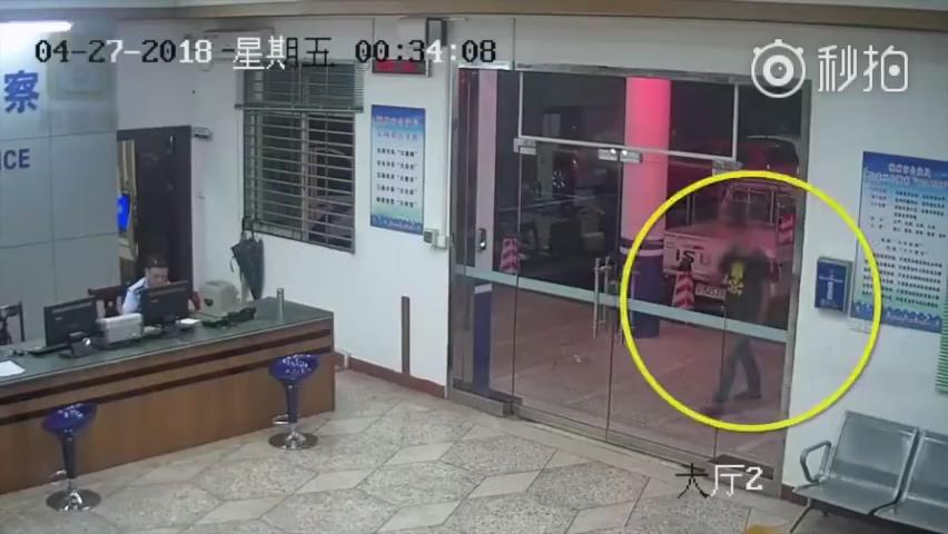 醉汉:我报警。警察:报警就报警,你踹我们玻璃门干啥?