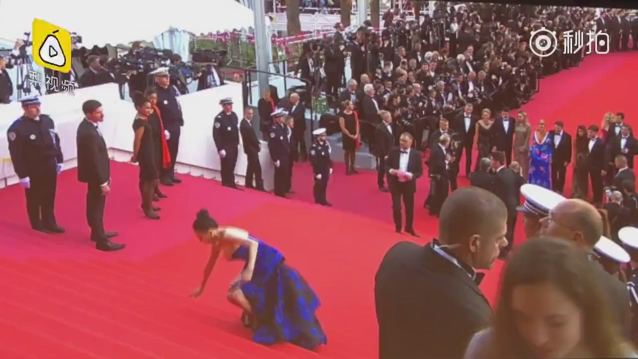 """戛纳电影节""""假摔""""女走红毯,缓慢移动飞吻招手,对面摄影师集体静止"""