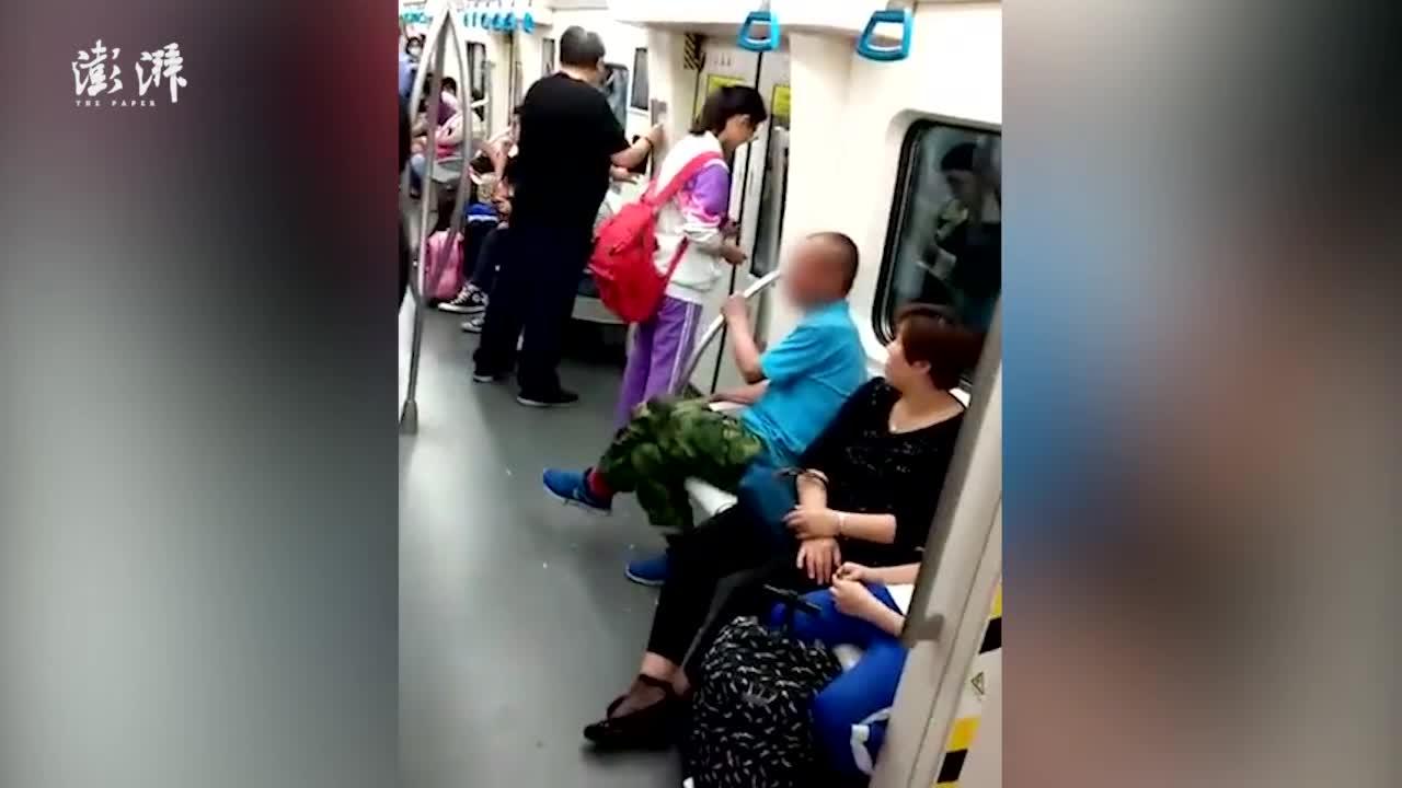 男子地铁剥蒜 穿校服女孩默默捡起带走