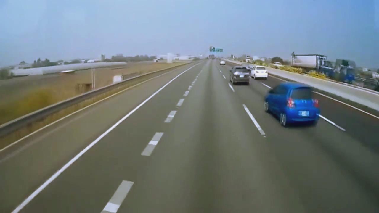 蓝色轿车拼命挣扎还是在劫难逃,高速随意超车的代价是生命