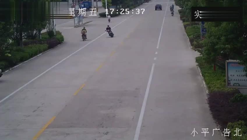宽敞马路摩托车无故摔倒,监控拍下车祸发生前的离奇一幕