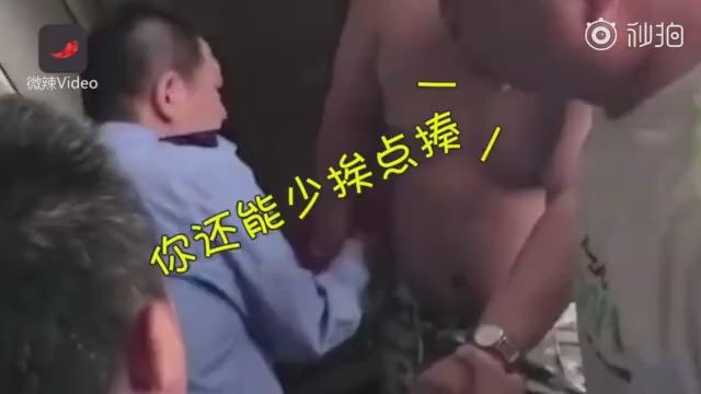 小偷体院被擒,看到警察赶紧求抱抱
