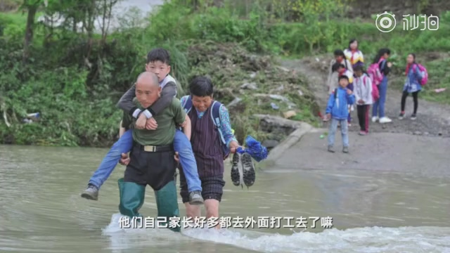 湖北老伯背学生过河40年 村支书:正准备修桥