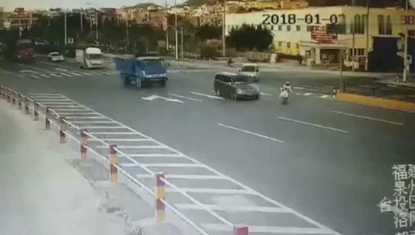 电动车突然冲了出来,瞬间被大货车压死,真的惨!