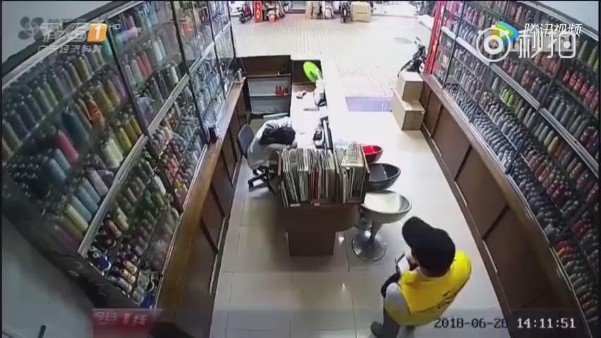 外卖小哥偷手机被抓 辅警小哥代他完成送餐任务