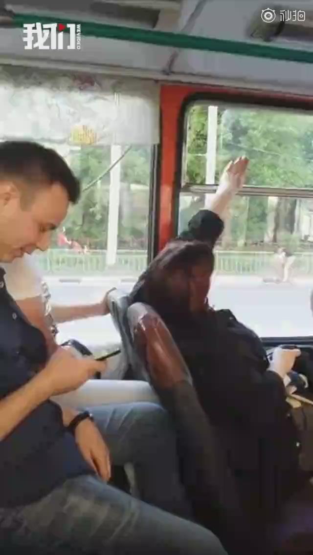 高冷吵架:大巴上两乘客反复开关窗户 一言不发拉锯4分钟