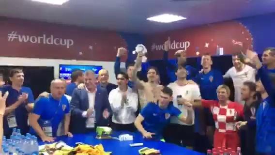 克罗地亚女总统进更衣室与球员庆祝