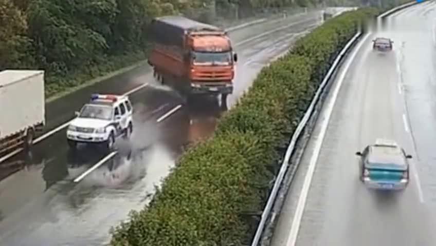 男子在高速上逆行,司机刹不住车!