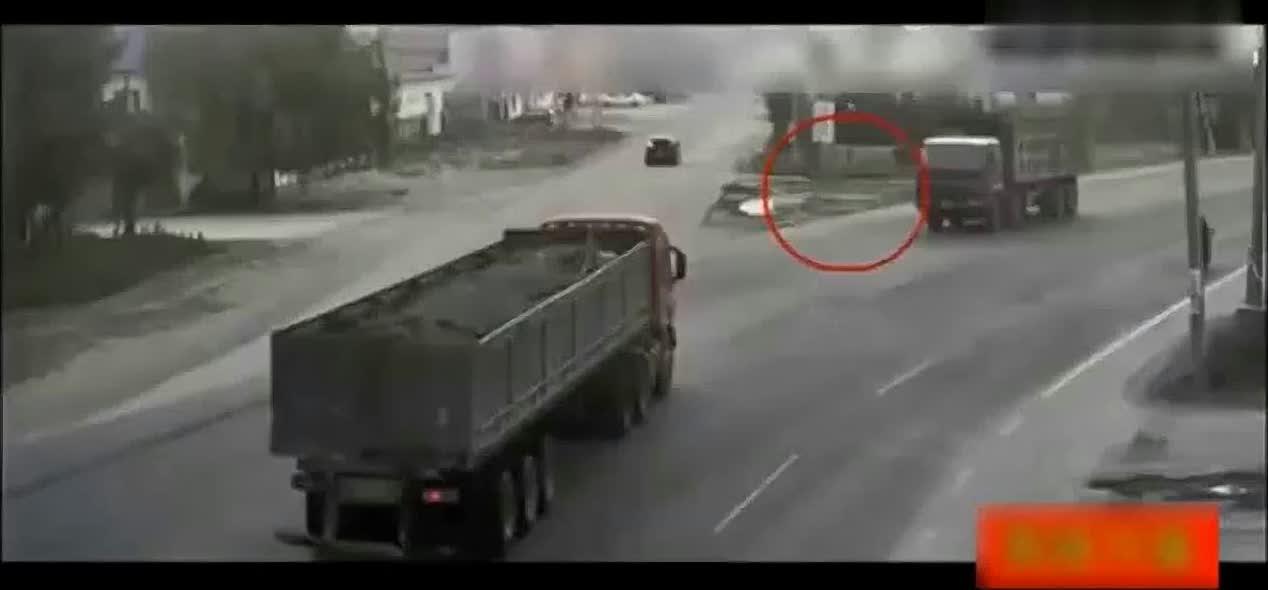 两大货车正面对撞有多恐怖,两车瞬间成了碎片