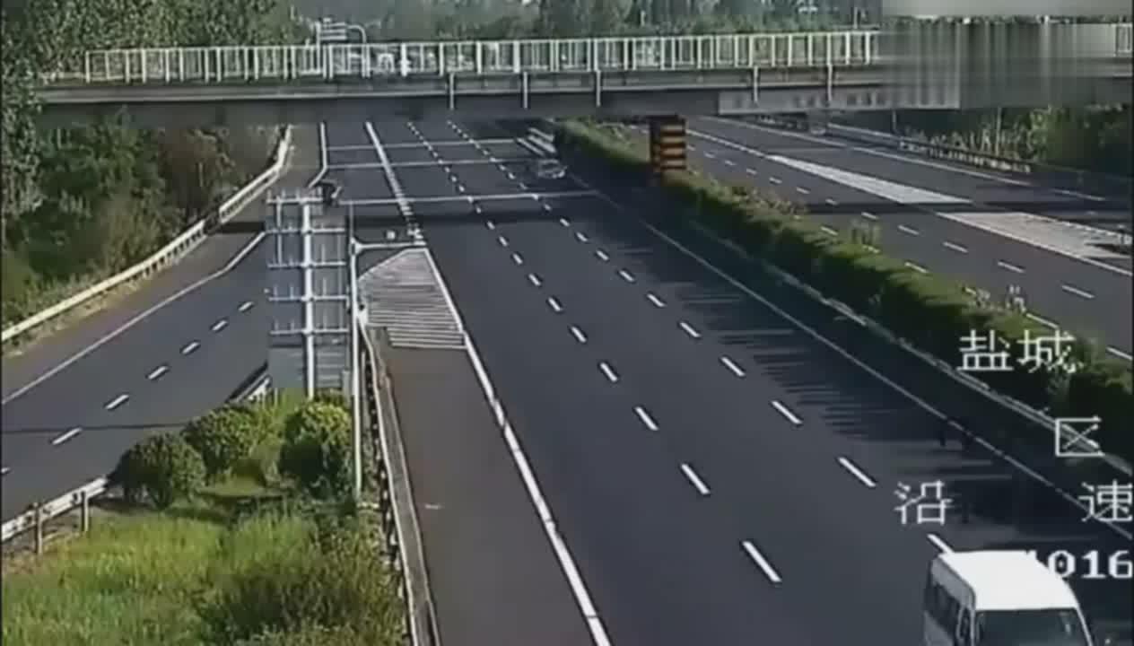 一车人高速上被撞身亡,回看录像后,才知道司机有多可恶