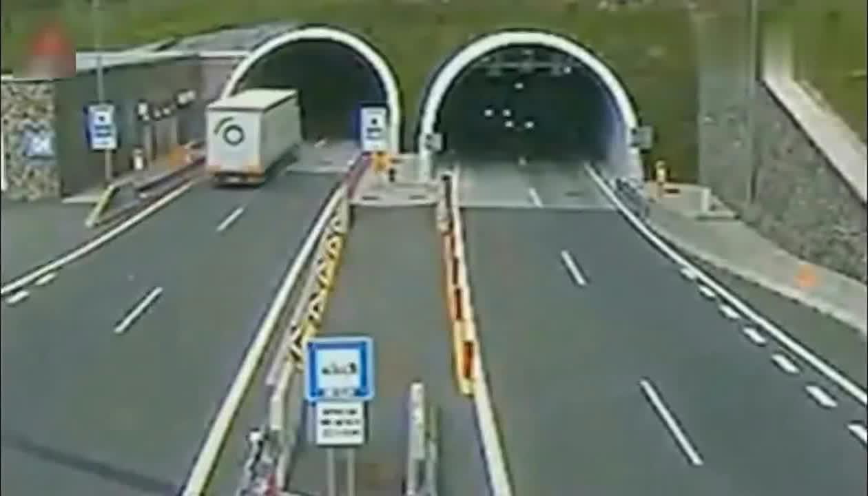 轿车刚出隧道,下一秒瞬间起飞,调取录像家人心痛不已