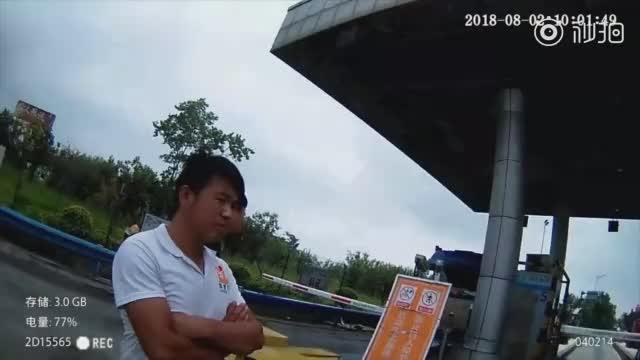 """司机遇查龟速逃跑 交警一路陪跑:""""要不歇会?"""""""