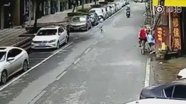小男孩玩滑板车冲上马路被车碾压身亡