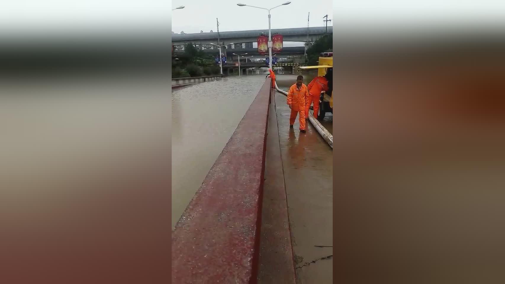 大雨来袭 丰润刘庄子桥被淹 过往市民注意