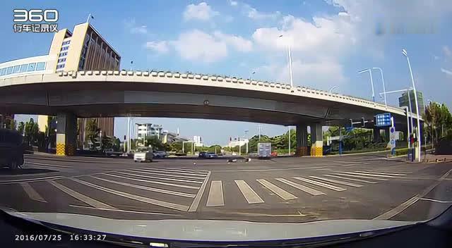 闯红灯的后果,电动车路口遭货车撞的飞起!