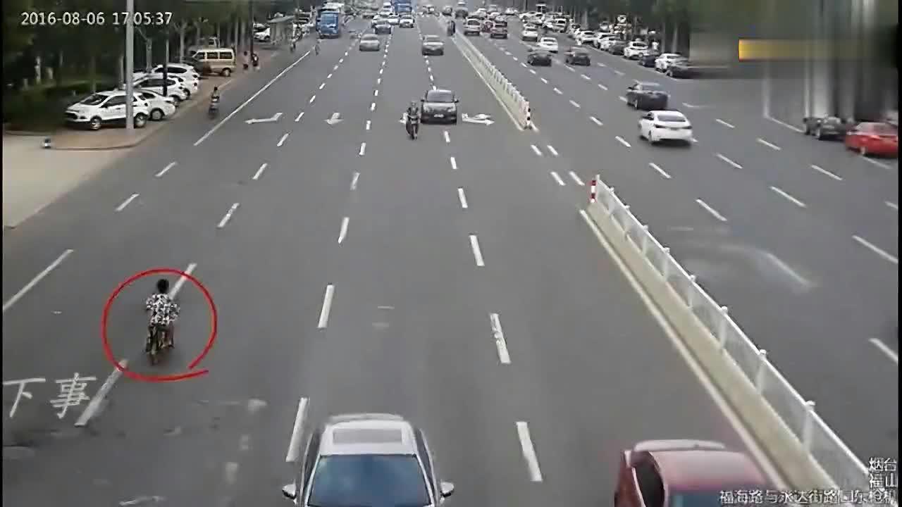 两个电动车这样行驶,小车司机真的是想救下她们,结果却全部撞飞