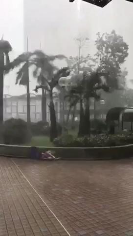 台风山竹掀翻行人