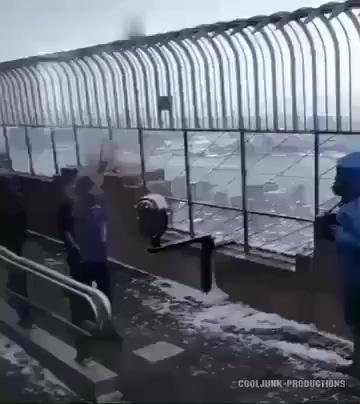 胆小勿看,超强台风直接把人吹飞