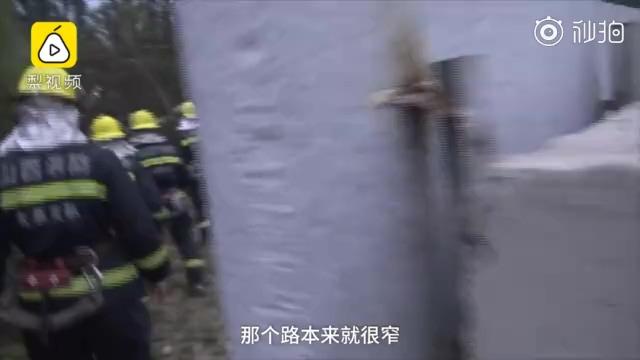 2名男子打架失足,拥抱叠在一起跌进河沟