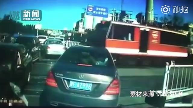 私家车与火车抢道被撞 男子大声质问:为啥不刹车会开火车不?