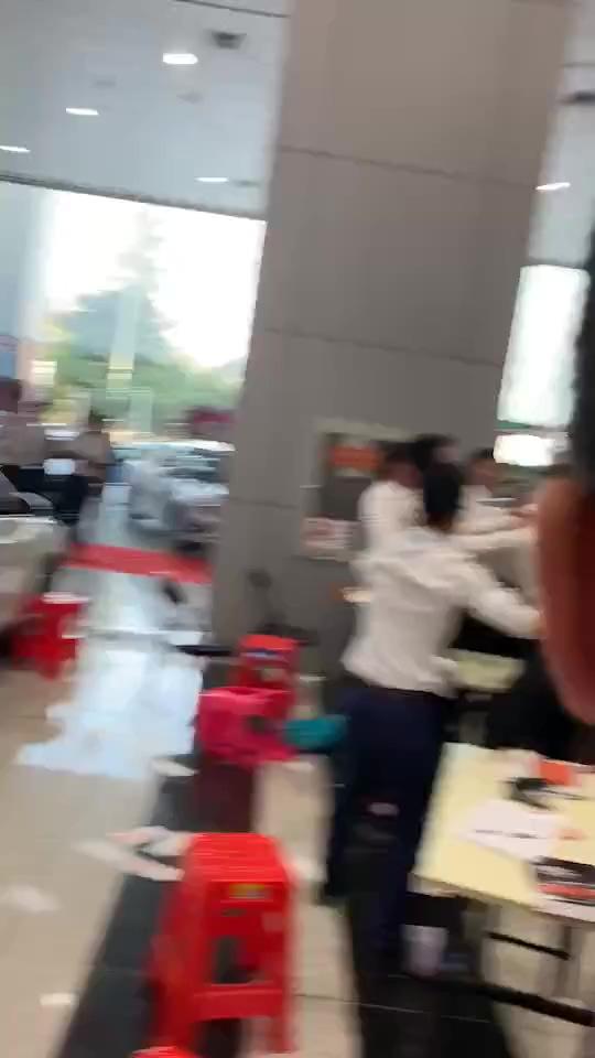 4s店围殴捣蛋的顾客