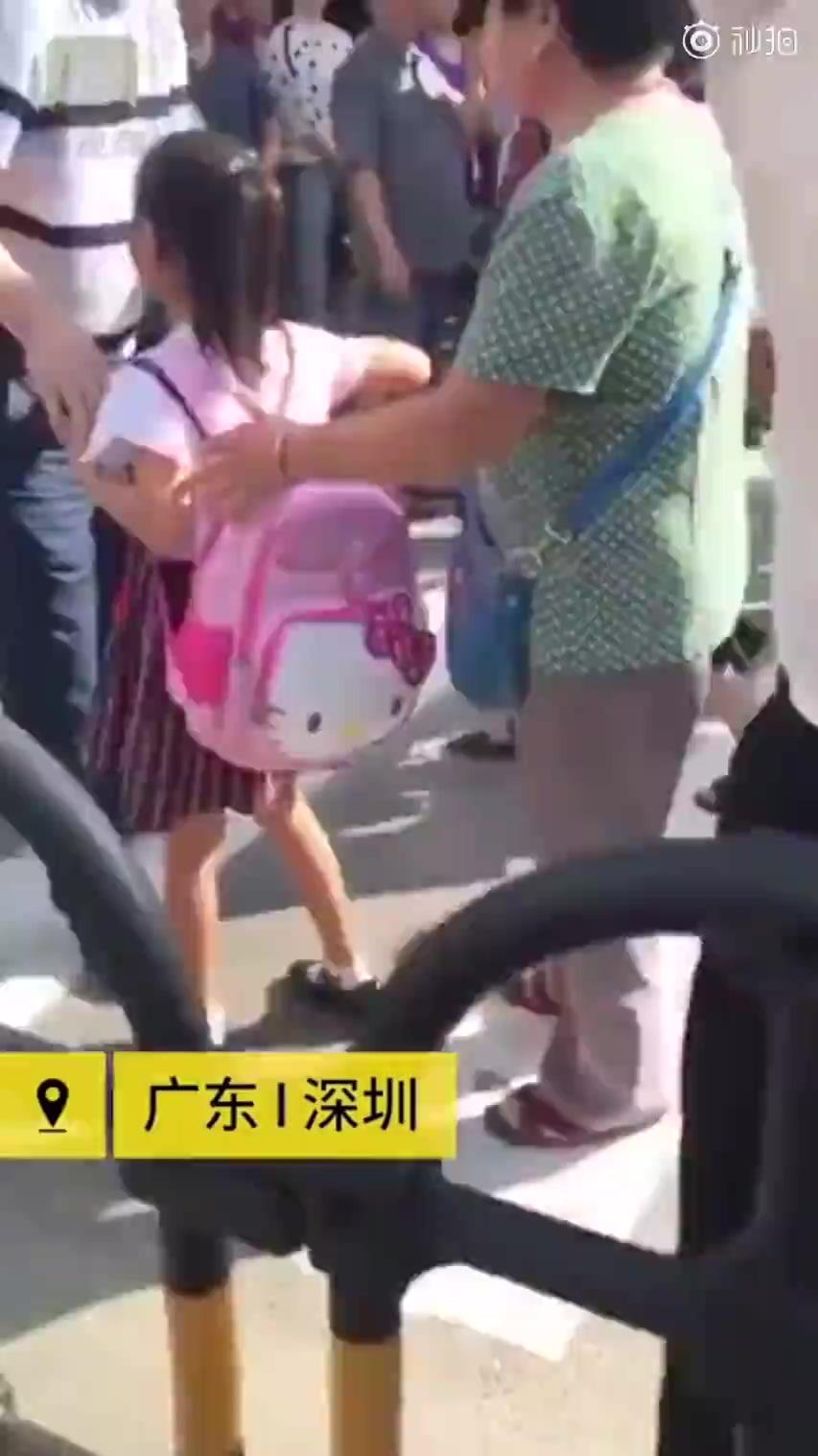 校长站校门口制止家长替孩子背书包:自己的事情自己做