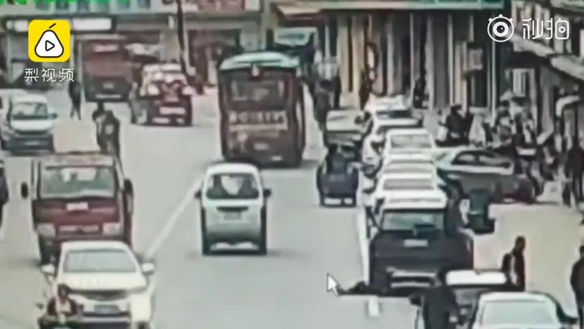 男童飞奔过马路被撞,父亲要司机负全责,交警:凭啥你不负责任?