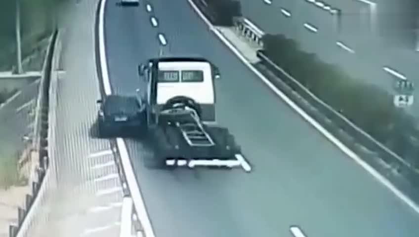 轿车高速上作死右侧超车,瞬间被2辆重卡撞成废铁!
