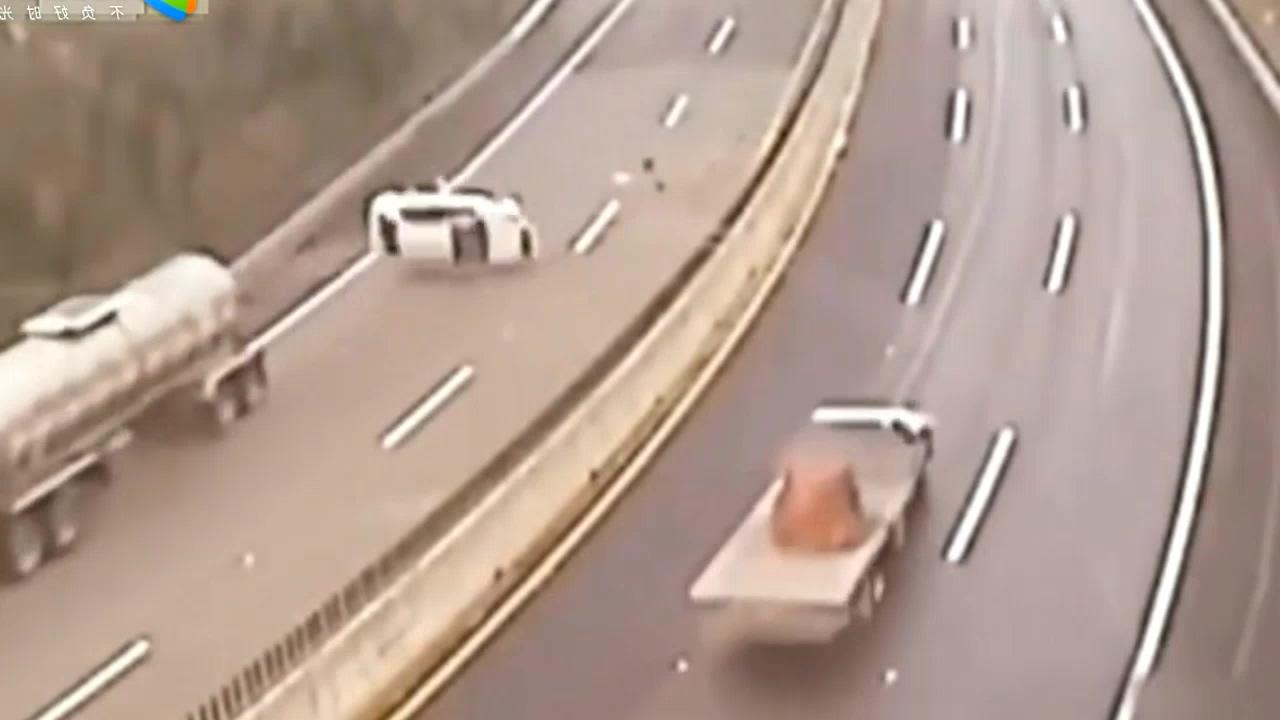 高速上与罐车抢道,瞬间悲剧了,场面不忍直视