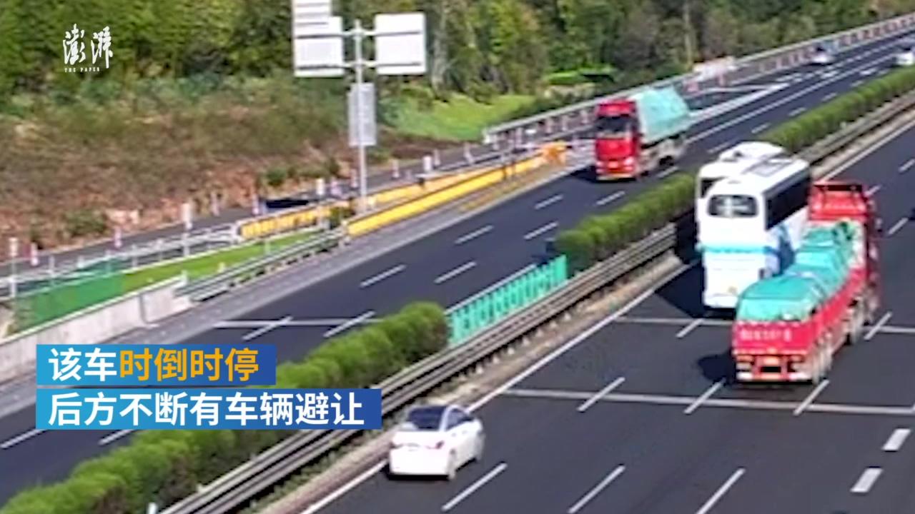 女司机去接孩子错过路口在高速路倒车,后车避让不及飞出护栏