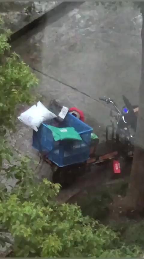 快递小哥冒雨送快递竟被偷