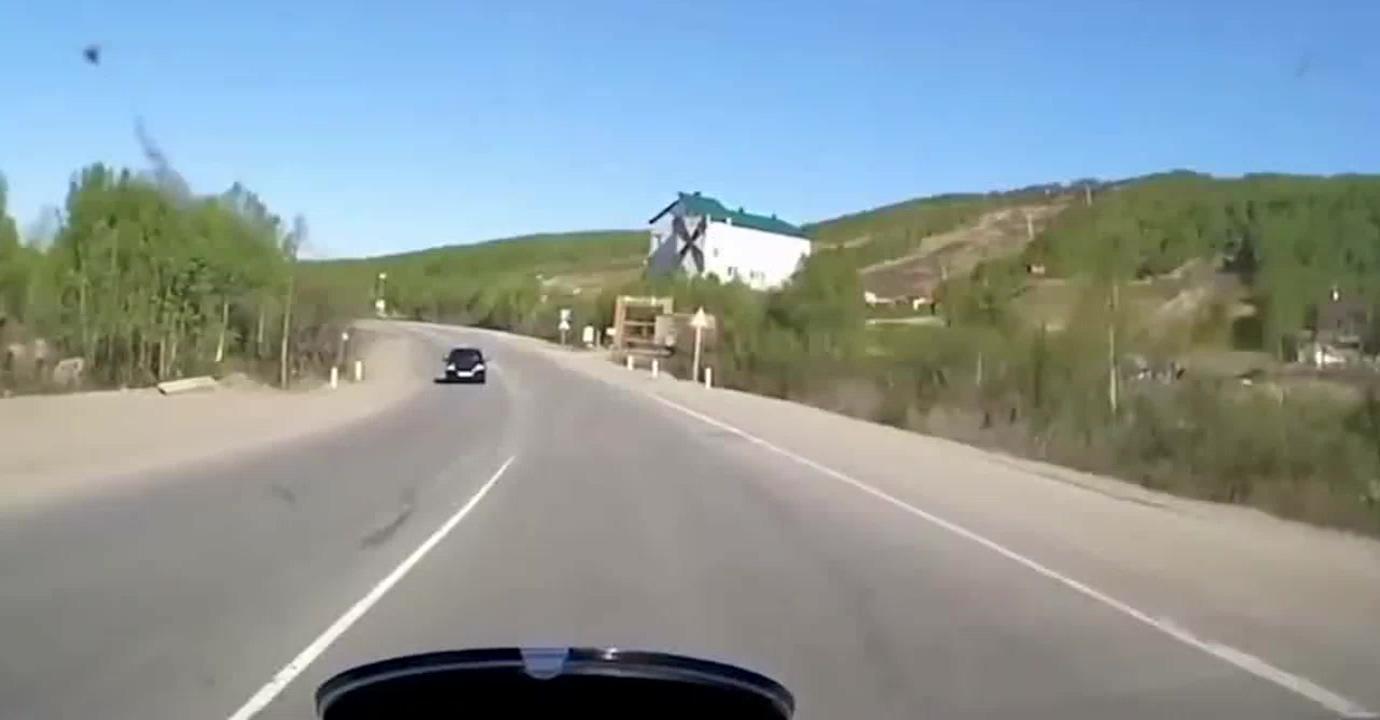 这位司机过弯道不注意直接失控,幸运的是最终安全的停住车子!