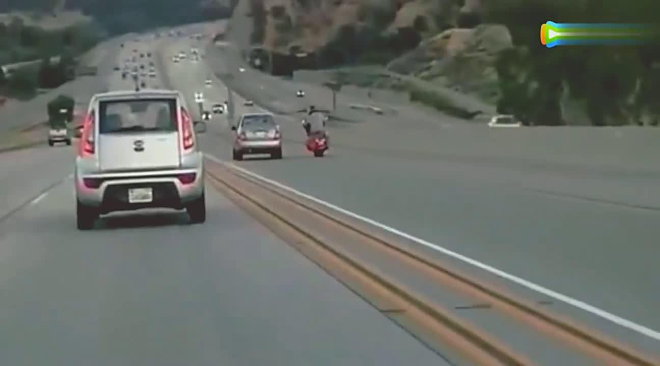 要不看监控,谁会知道摩托车能把轿车踢疯,真是神腿